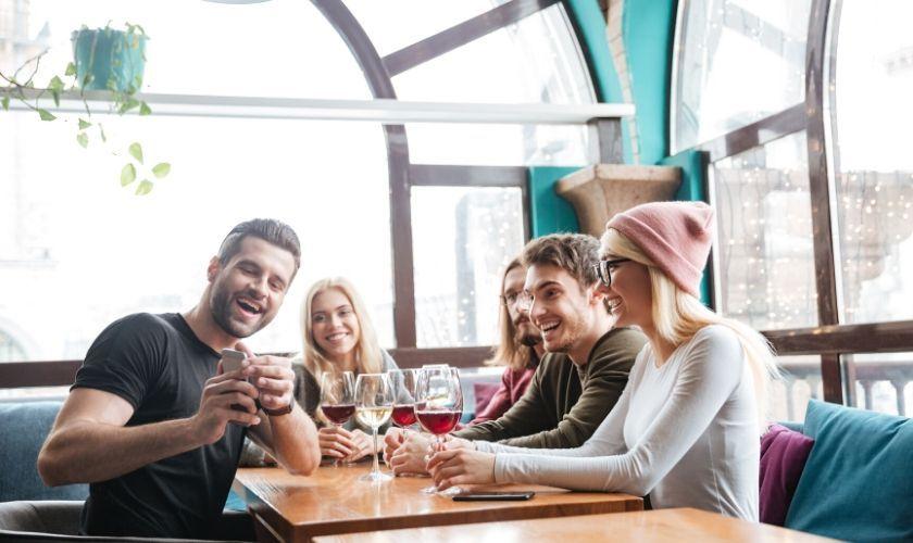 Mitos sobre el consumo de alcohol - Jóvenes bebiendo