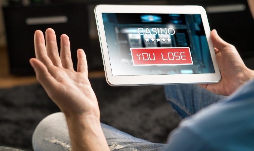 Adicciones en tiempos de pandemia:  persona perdiendo en casino online.