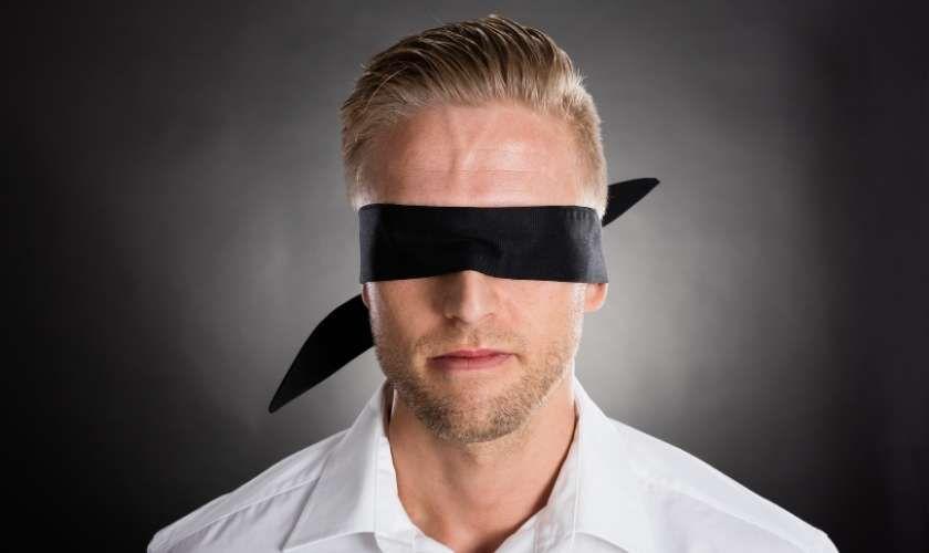 Negación de la adicción - Hombre con venda en los ojos