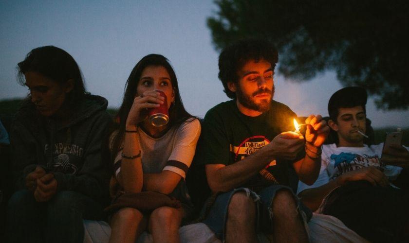 Riesgo de normalizar las adicciones - Jóvenes fumando porros.