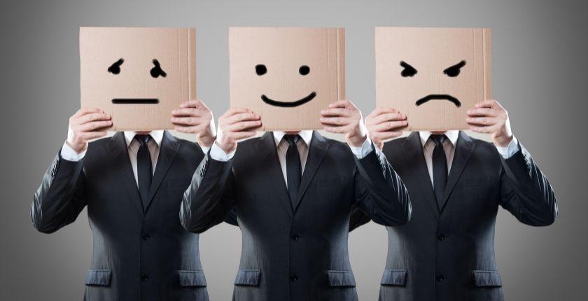 Hombres con diferentes caretas que expresan emoción.