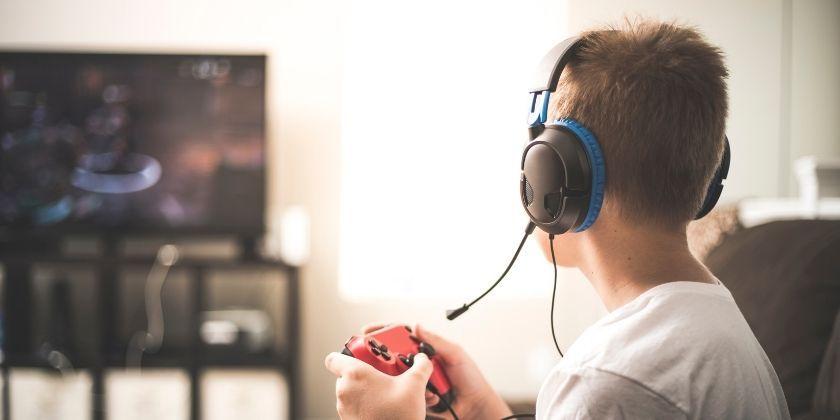 Adolescente jugando a videojuego